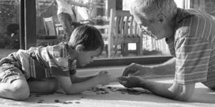 祖父陪孫子玩的圖片