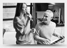 女士在唱歌和男士在按鍵的圖片