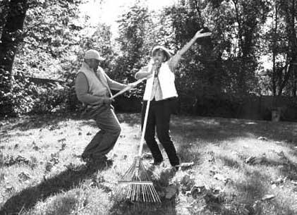 夫妻在掃落葉的圖片